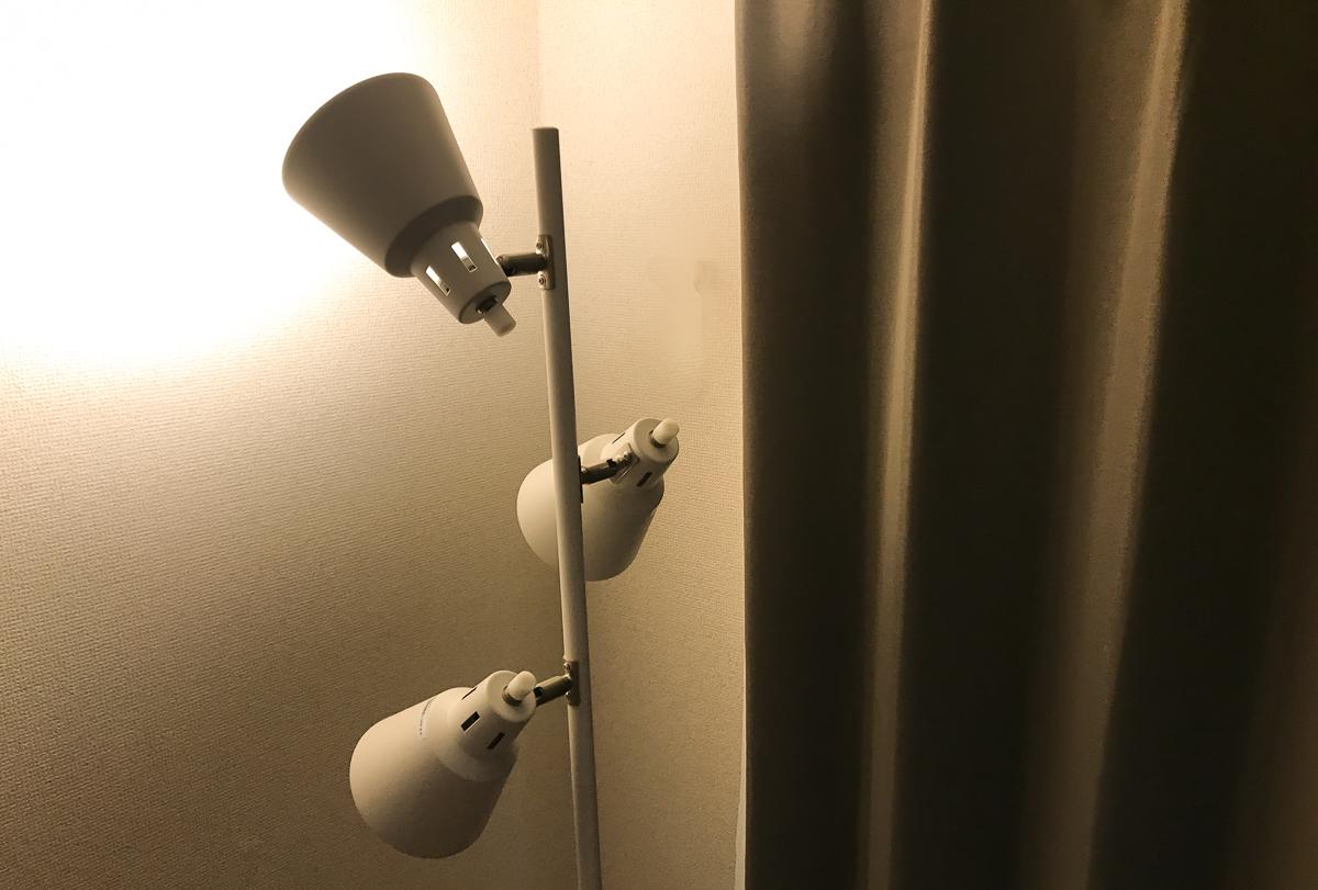 フロアスタンドで寝室の間接照明つくり