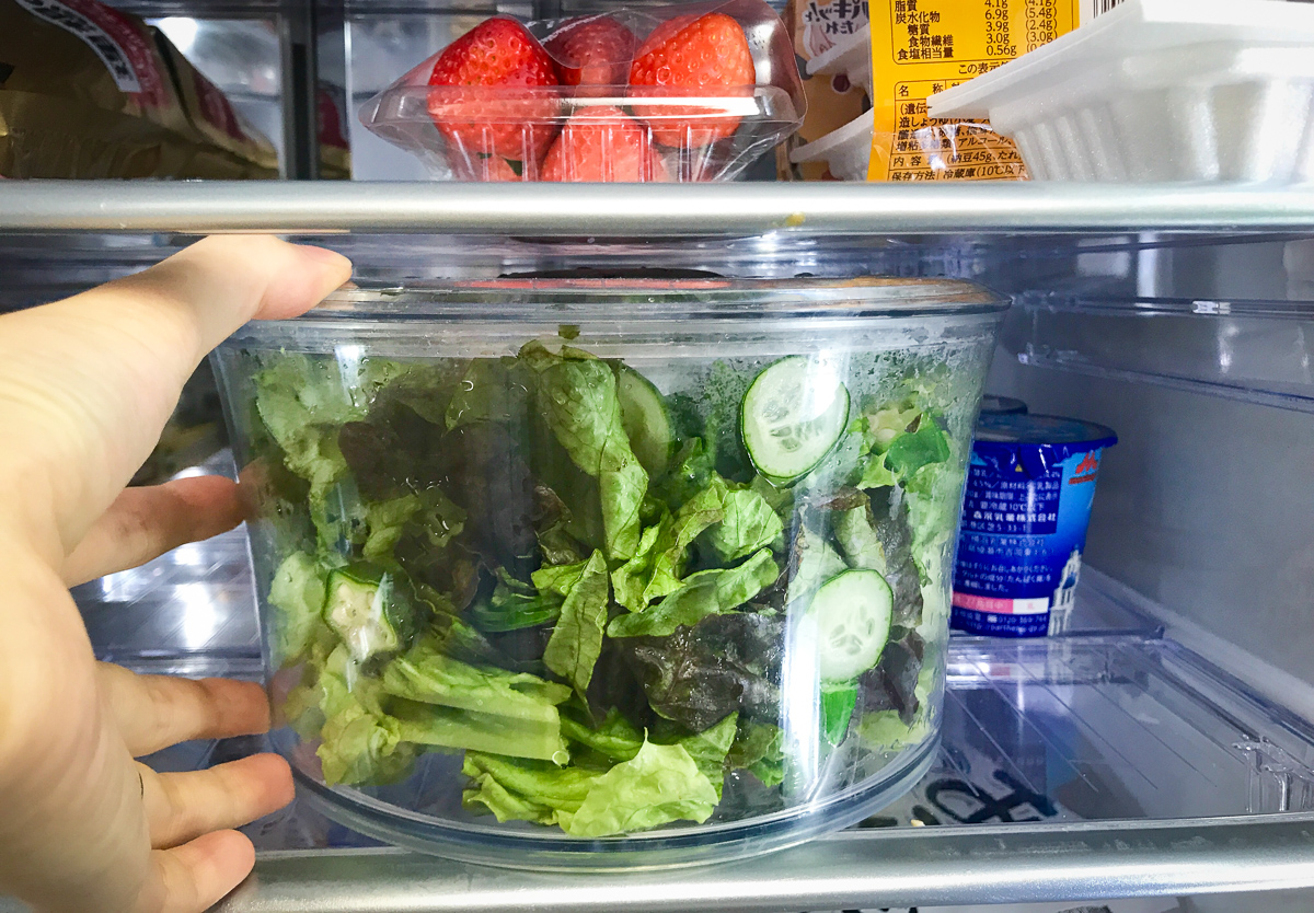 OXOのサラダスピナーは出っ張りがないので高さのない冷蔵庫の棚にも楽々収納できる