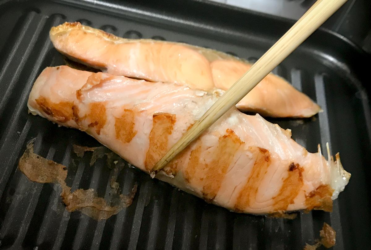 高木金属のオーブントースター・トレーで焼いた鮭は裏面もしっかり火が通る