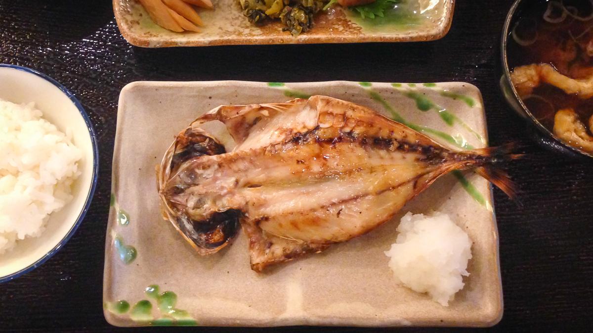 焼き魚のある食卓