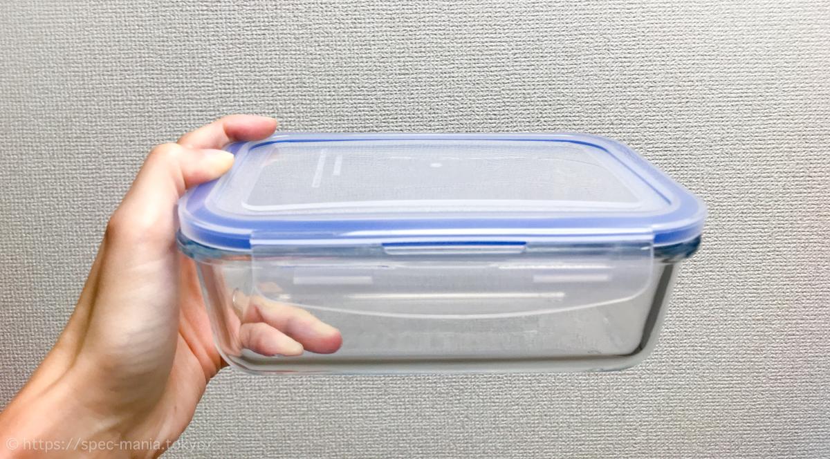 ニトリの耐熱ガラス保存容器を手に持ったサイズ感
