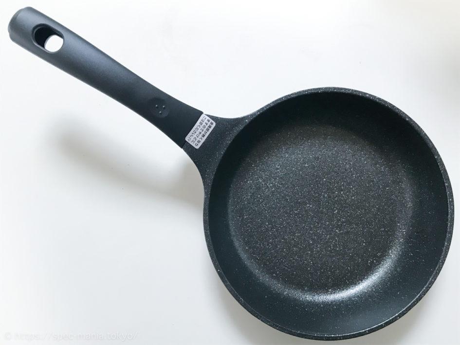 セブンプレミアムの少ない油でムラなく焼けるフライパン20cm