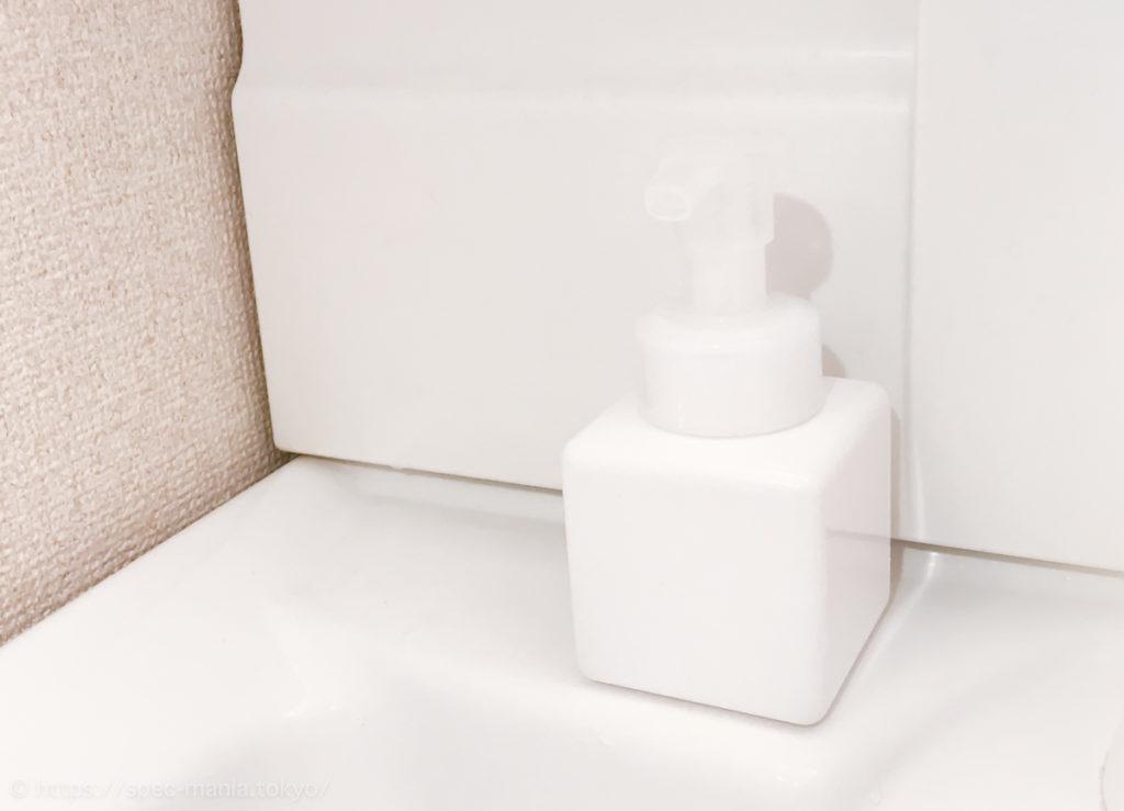 洗面台に置いた無印の泡ハンドソープボトル